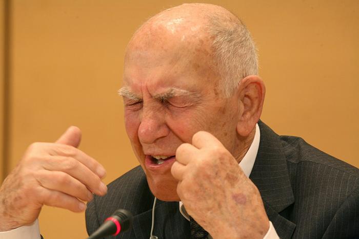 Stéphane Hessel, autor de Indignez-vous !, un libro escrito con indignación y razón