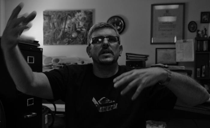 Heriberto Hernández en su estudio. Foto de León de la Hoz