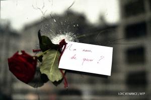 Foto de huella de disparo en uno de los lugares de la masacre del viernes 13 en París, reproducida por la agencia AFP.